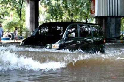 Bagaimana Mengendarai Mobil Ketika Musim Hujan